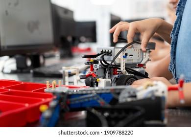 Kinder spielen mit einem Roboter in der Roboterklasse