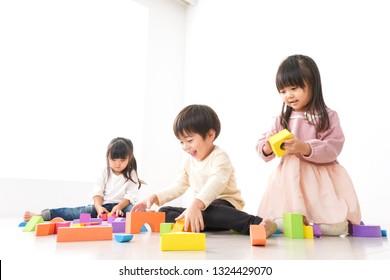 Kinder, die im Block spielen