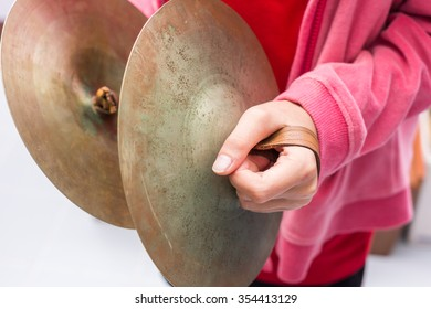 The children is playing cymbal