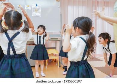 Kinder, die mit Vorschullehrern spielen