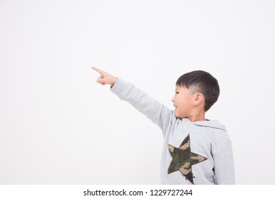 Children pointing to a finger