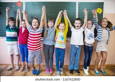 Children from primary school to pull up the hand lesson in the classroom
