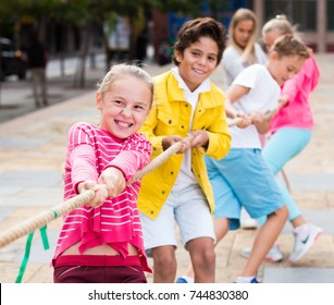 Children are pulling rope in the park.