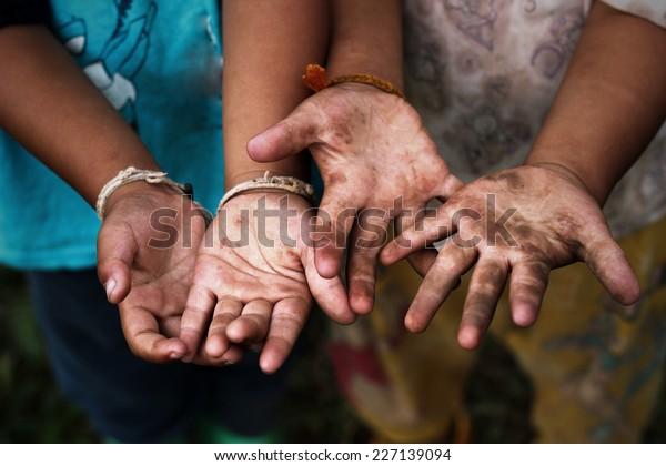 Kinder heben Hand.