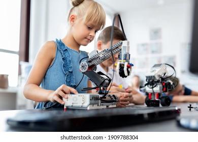Kinder in einer Roboterklasse im Klassenzimmer