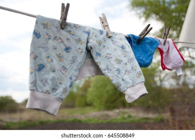 Children's clothes are dried on clothespins