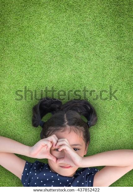 Gesundheitsbewusstsein von Kindern im Auge und das Bewusstsein für das Sehvermögen von Kindern mit glücklichen Kindern, die durch die Herzliebesform schauen