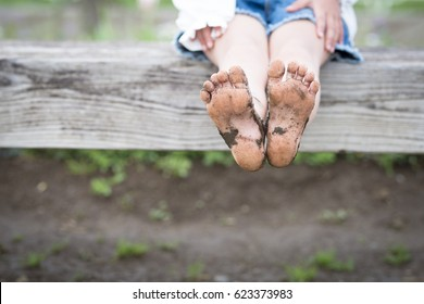 Os pés das crianças ficaram lamacentos