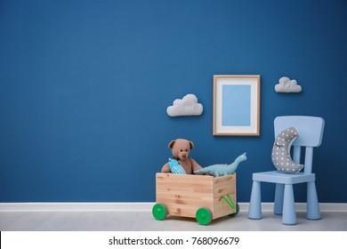 Chambre pour enfants avec mur aux couleurs vives, détails d'intérieur
