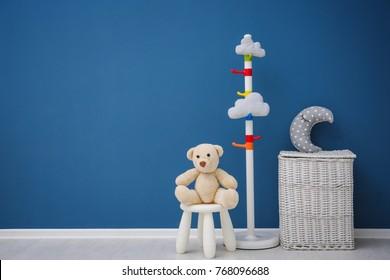 Chambre pour enfants avec mur aux couleurs vives, détails intérieurs