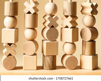 Kinderspielzeug aus Holz. Sequencing Blocks Lernmittel für die Ausbildung von Formen, feine motorische Fähigkeiten, Hand-Augen-Koordination, mathematische Fähigkeiten. Naturholzbausatz. Bildungsausrüstung