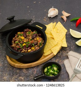 Chili con carne.   Chili con carne traditional dish of mexican cuisine.