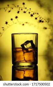 gekühltes Whiskey-Glas mit glänzendem Soda und Eiskubus