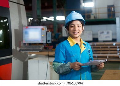 China 's machinery factory, women workers in the operation of large machinery, display the image