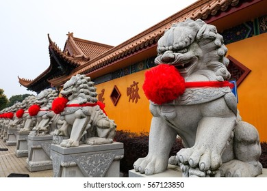 China Temple Temple, wearing a big red stone lion sculpture group, with a strong atmosphere of spring festival.