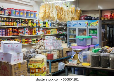 CHINATOWN, BANGKOK - SEPTEMBER 4 : Local grocery shop in chinatown street market on September 4, 2016 in Bangkok, Thailand.