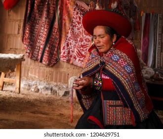 0aa0ed0abda5e9 Chinchero, Cuzco, PERU - OCT 4, 2018: Unidentified woman showing her textile