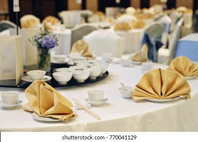 Chinese banquet party decor white table with gold napkin