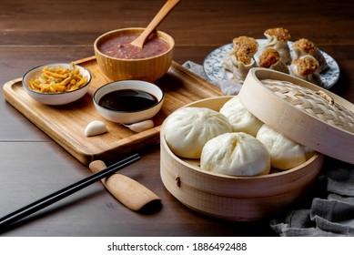 Chinesisches Frühstück. gedünstete Gewehre und Bratwurst stehen auf dem Tisch