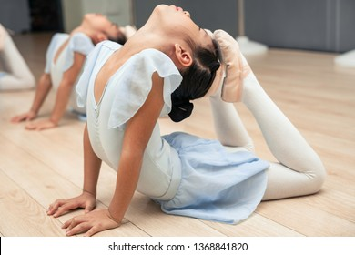 CHinese kids studing at the ballet school
