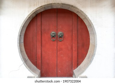 Chinesische alte rote Tür im Tempel