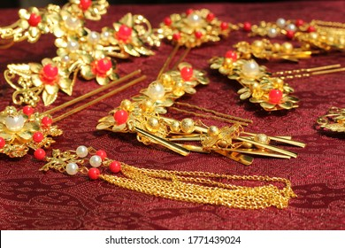 Chinese traditional hairpins hair clips Traditional Chinese women's jewelry. Gold hairpins with red gems