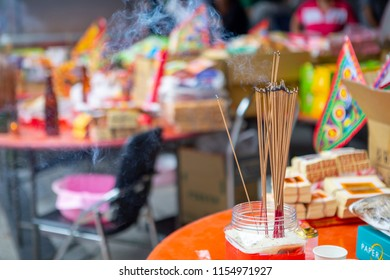 Chinese traditional religious practices, Zhongyuan Purdue, Chinese Ghost Festival, believers burn incense and pray(The text is: Qing Zan Zhongyuan)