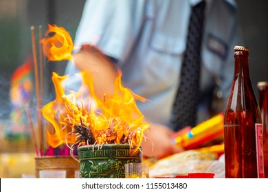 Chinese traditional religious practices, Zhongyuan Purdue, Chinese Ghost Festival, believers burn incense, blessing, incense burner on fire