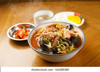 Chinese-style noodles with vegetables and seafood