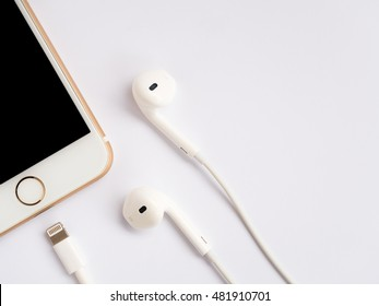 CHINGRAI, THAILAND -SEPTEMBER 9, 2016: Close-up image of new Apple iPhone7 mockup and new Apple EarPods mockup on white background.