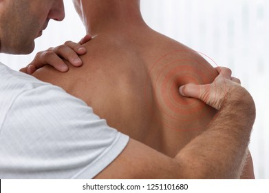 Chiropraktische Rückenverstellung. Akupressur Osteopathie, Rehabilitationskonzept für Sportverletzungen. Männlicher Patient mit Rückenschmerzen und Physiotherapeut