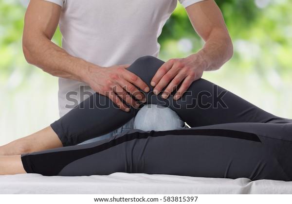 Chiropraktik, Osteopathie, dorsale Manipulation. Heiltherapeut auf dem Rücken der Frauen . Alternative Medizin, Schmerzlinderungskonzept.