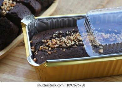 Chocolate cake in aluminum foil box packaging.