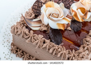 Chocolate cake detail decoration idea with sugar roses and caramel flavoured icing design