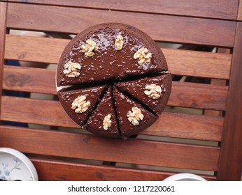 Chocolate cake with wallnuts