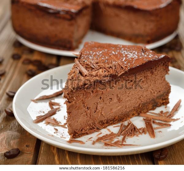 Gâteau au chocolat au fromage sur fond marron