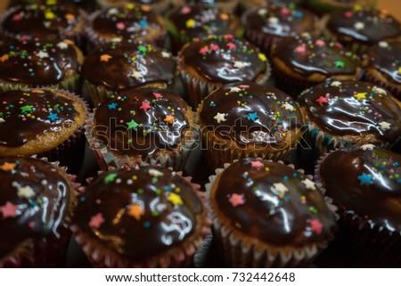 Chocolate Cupcakes Sprinkles Stockfoto Jetzt Bearbeiten 732442648