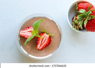 SchokoladNachtisch mit Erdbeeren und Melissa-Blättern dekoriert