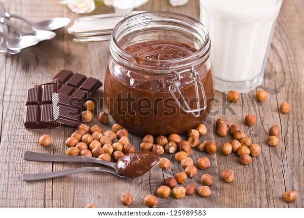 chocolate-hazelnut-spread-600w-125989583