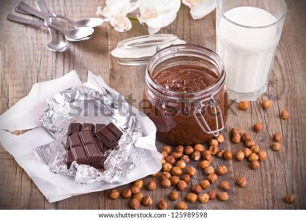 chocolate-hazelnut-spread-600w-125989598