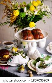 petits pains de croix chaudes orange chocolat..pâtisseries traditionnelles de pâques. mise au point sélective