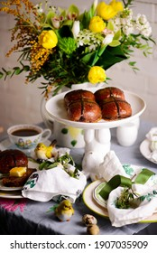 Schokoladenorange warme Crossbuben... traditionelle Ostergebäck. selektiver Fokus