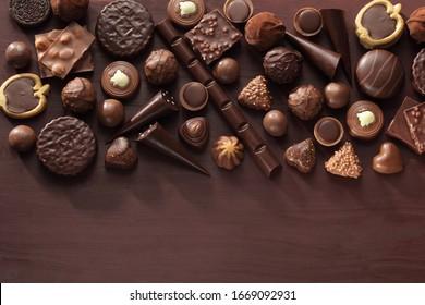 Boite de pralines au chocolat / Assortiment de chocolats fins en chocolat blanc, noir et au lait.