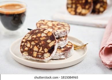 Le salami au chocolat ou chorizo au chocolat est un dessert portugais traditionnel composé de chocolat noir, de biscuits cassés, de beurre, d'oeufs et d'un peu de vin de port ou de rhum. Elle est populaire dans toute l'Europe
