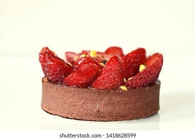 Chocolate strawberry tart latéral shot, isolated on a white background