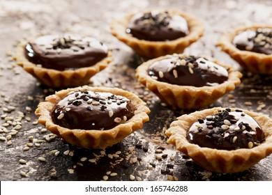 Chocolate tart with sesame seeds