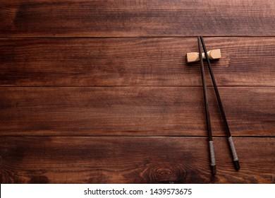 Stäbchen auf Holzhintergrund. Draufsicht