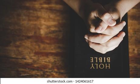 Christliche Lebenskrise Gebet zu Gott. Frauen beten für guten Segen zu wünschen haben ein besseres Leben. Frau betet Gott mit der Bibel. Betteln um Vergebung und glauben an Güte.