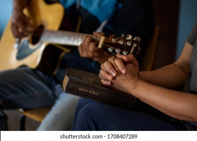 Christen sind Kongreganten, die beten und die Segnungen Gottes suchen, der Heiligen Bibel. Sie lasen die Bibel und teilten das Evangelium mit Kopienraum.