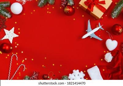 Weihnachtshintergrund mit Flugzeug, Reise. Selektive Fokusnatur